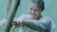 Мокрая Наталья Андрейченко качается на качеле