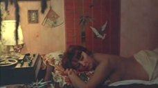 Земфира Цахилова без лифчика лежит на кровати
