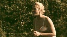 16. Татьяна Остап, Даша Чаруша и Снежана Гладнева купаются в речке – А зори здесь тихие... (2006)