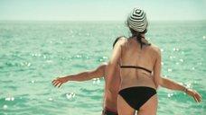 8. Пенелопа Крус в купальнике на пляже – Сахара