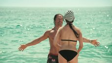 9. Пенелопа Крус в купальнике на пляже – Сахара