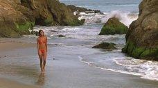 Джой Брайант в купальнике на пляже