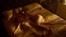 Обнаженная Саммер Элтис на кровати