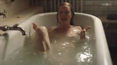 Обнаженная Леони Бенеш купается в ванне