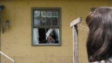 За Обнаженной Кэрол Уэйерс подглядывают в окно