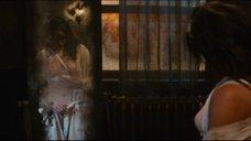 17. Мишель Родригес рассматривает себя обнаженную в зеркале – Томбой