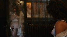18. Мишель Родригес рассматривает себя обнаженную в зеркале – Томбой