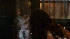 7. Мишель Родригес рассматривает себя обнаженную в зеркале – Томбой