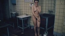 Полностью обнаженная Людмила Бодрова на кухне