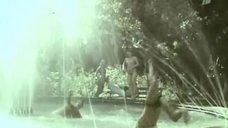 1. Елена Гаршина топлесс возле фонтана – Ау! Ограбление поезда