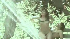 Елена Гаршина топлесс возле фонтана