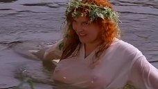 Зоя Кайдановская засветила грудь в мокрой сорочке