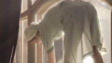 Анна Капалева в прозрачном платье моет окна