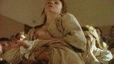 Анжела Кораблева кормит грудью