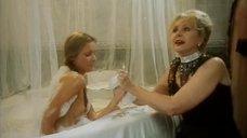 Наталья Селезнева моет Наталью Маслову в ванне