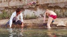 Наталья Наумова плавает топлес