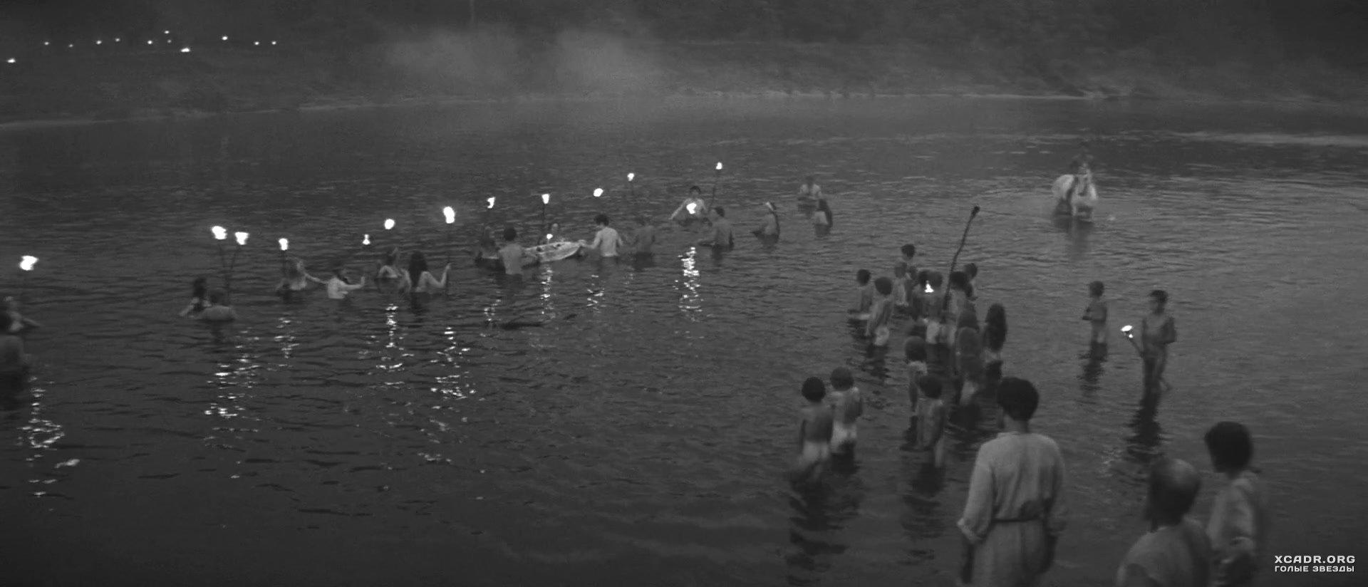 Видео у купающейся нагишом подруги украли одежду сайтик
