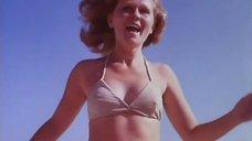 Нийоле Ожелите в купальнике на пляже