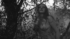 Обнаженная Наталья Радолицкая в лесу