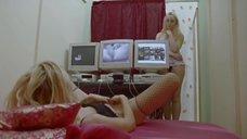 Екатерина Рак наблюдает за работой в вебкам студии
