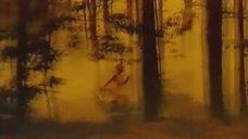 1. Голая Алла Сергийко бегает по лесу – Шум ветра