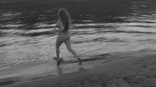 Обнаженная Нелли Снегина убегает в реку