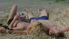 Татьяна Голованова топлесс на сене