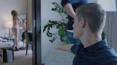11. Екатерина Кабак топлесс перед зеркалом – Бесстыдники (Россия)