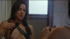 Мишель Родригес заклеивает грудь скотчем
