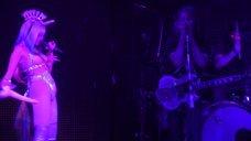 4. Майли Сайрус с накладными сиськами на сцене