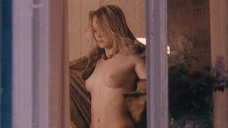 Девушка топлесс у окна