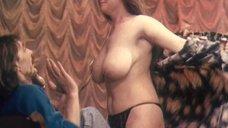 Ошеломляющая большая голая грудь девушки на кастинге