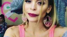 4. Анна Хилькевич демонстрирует сочное декольте в Instagram