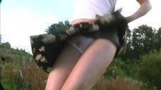 Анна Слынько светит трусиками на съемке фильма