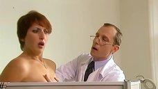 Доктор ощупывает Алику Смехову