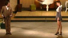Ножки Анны Ковальчук в спектакле «Крошка»