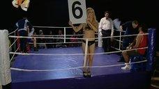Ирина Медведева ходит с табличкой на ринге