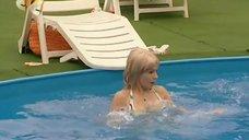 14. Ирина Медведева в купальнике возле бассейна – 6 кадров