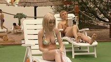4. Ирина Медведева в купальнике возле бассейна – 6 кадров
