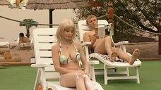 5. Ирина Медведева в купальнике возле бассейна – 6 кадров