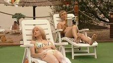 9. Ирина Медведева в купальнике возле бассейна – 6 кадров