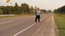 Секси Ирина Медведева ловит попутку на дороге