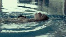 4. Соблазнительная Джессика Барден плавает в бассейне – Лобстер