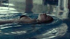 6. Соблазнительная Джессика Барден плавает в бассейне – Лобстер