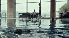 8. Соблазнительная Джессика Барден плавает в бассейне – Лобстер