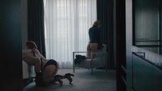 10. Луиса Краузе показывает голую попку, когда делает минет Джиллиан Уильямс – Девушка по вызову
