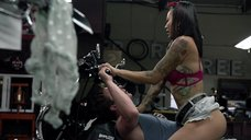 Интимная сцена с Леви Трэн на мотоцикле