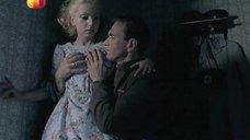 Ольгу Будину лапают за грудь
