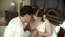 Ольге Будиной расстегивают блузку
