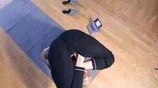Сексуальные позы Валерии в йоге